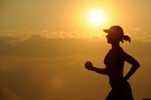 jogga i solnedgång