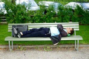sover på en bänk