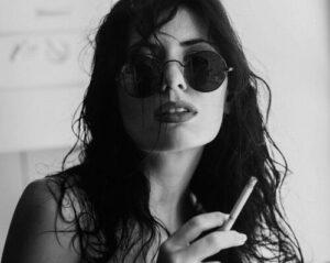 cool tjej som röker