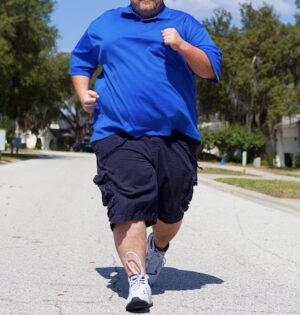 kraftig man joggar