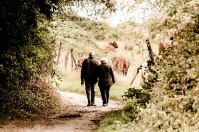 äldre människor promenerar
