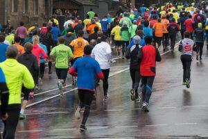 Grupp människor som joggar