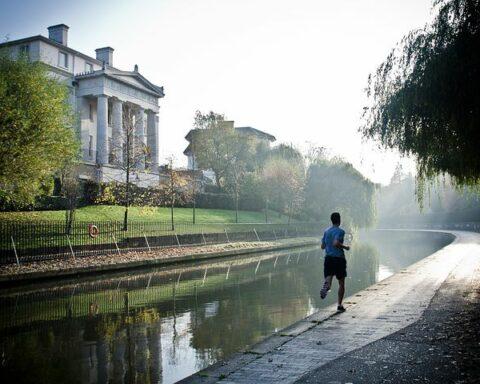 Man som joggar vid en flodbank