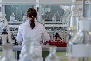 Kvinna i laboratorium