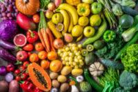 En buffé av frukt och grönt