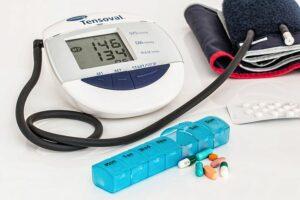 Blodtrycksmanschett och medicin