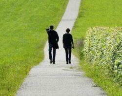 Ett par som promenerar